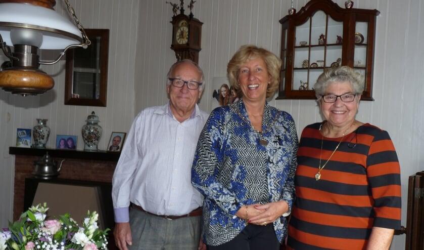 Burgemeester Driessen kwam het smaragden paar feliciteren namens de gemeente.