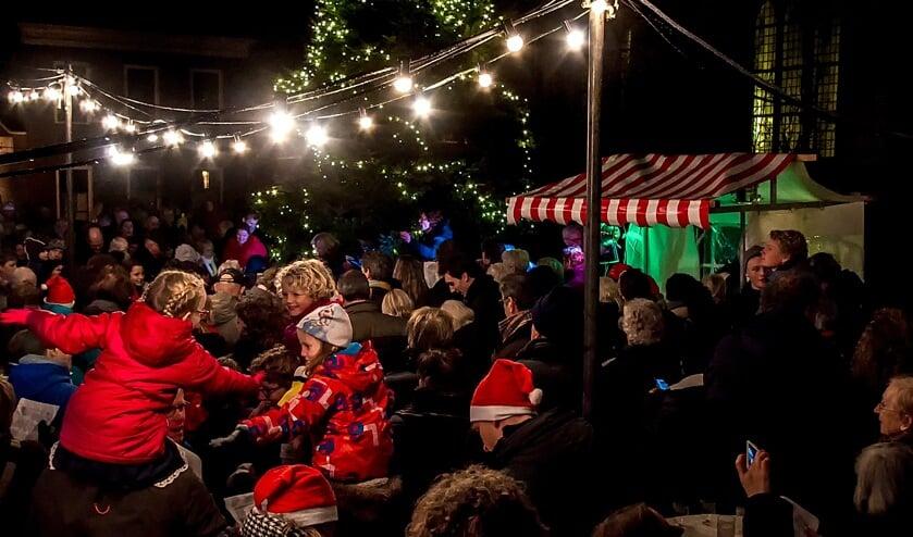 Nadat de lichtjes waren ontstoken, werden gezamenlijk kerstliedjes gezongen. | Foto: J.P. Kranenburg