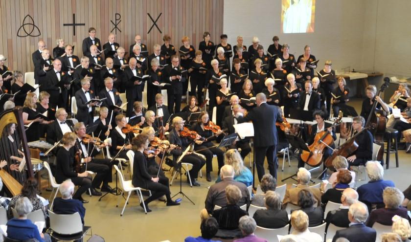 Het 120 jarige koor COV Excelsior tijdens het jubileumconcert in de Scheppingskerk. | Foto: Piet van Es