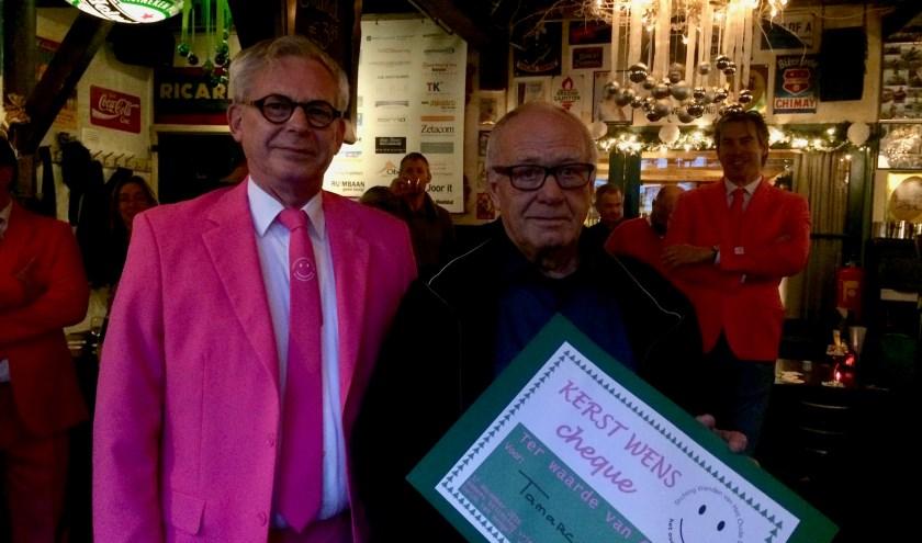 Guido ten Hengel van de Vrienden van het Oude Dorp (links) overhandigde de cheque aan Piet de Vogel van Tamarco. | Foto: PR