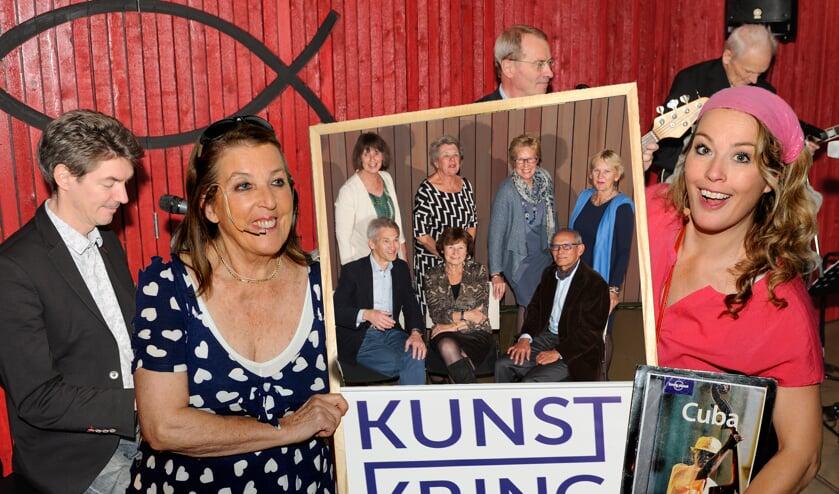 Actrices Aukelien en Sophie met een foto van het Kunstkring bestuur. | Foto: Pieter Sleeboom