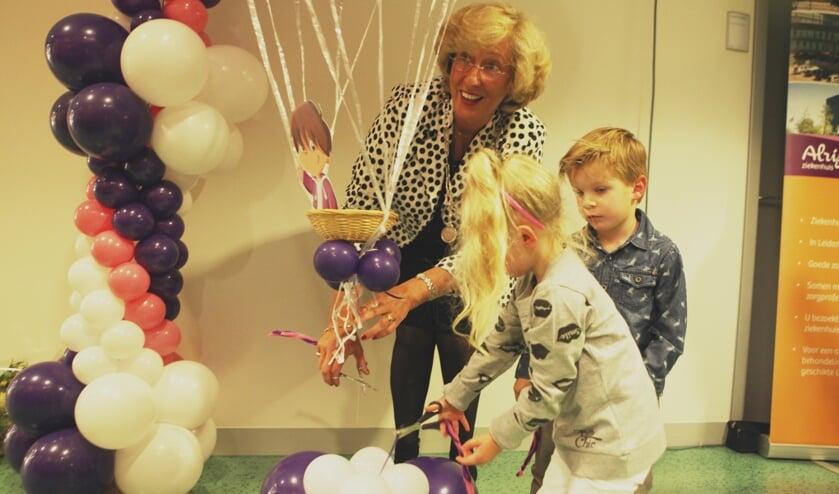 Burgemeester LailaDriessen werd bij de opening van het Moeder- en Kindcentrum geassisteerd door Charlotte (4) en Thijmen (4). | Foto: PR