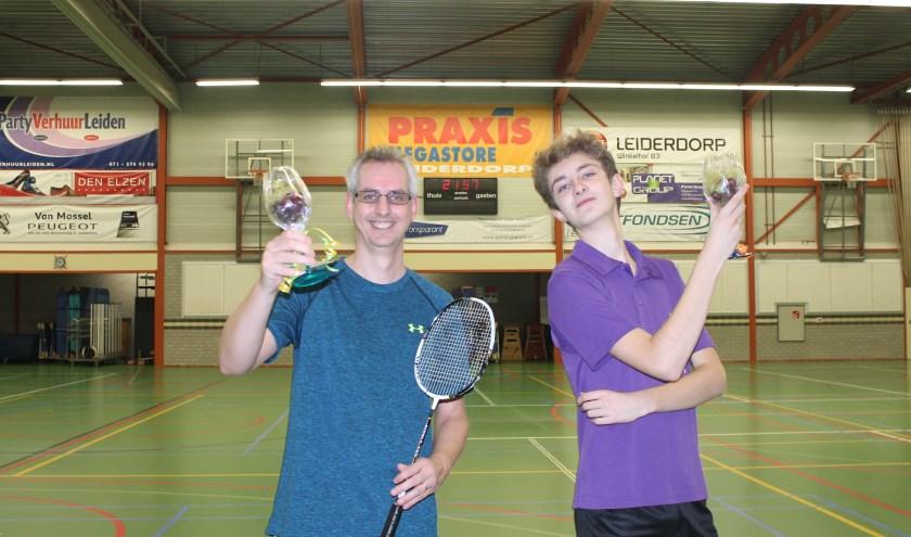 De prijswinnaars van het toernooi, vlnr: Ronald en Luuk (niet op de foto: Nienke).   Foto: PR
