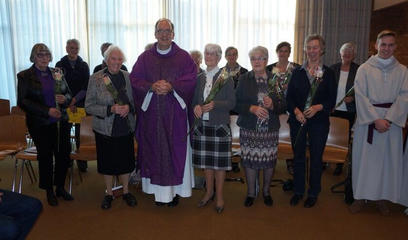 De leden van het Dameskoor werden zondag met een bloemetje bedankt door pastoor Walter Broeders.