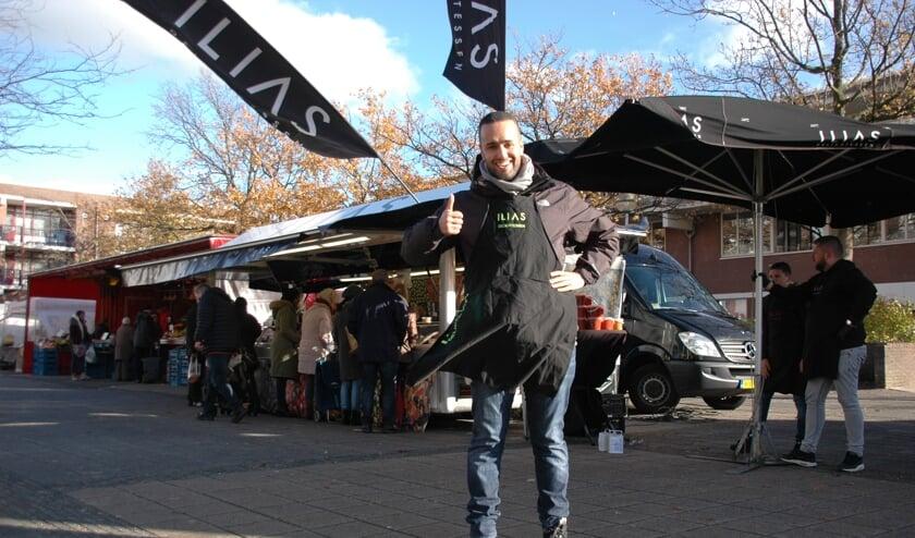 IliasEl Marsse voor zijn delicatessenkraam op de vrijdagmarkt op de Statendaalder.