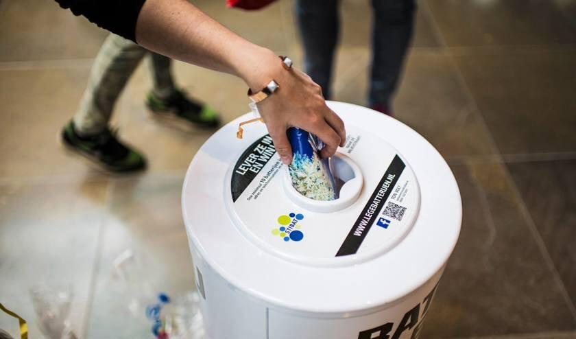 Doe 10 lege batterijen in een zakje, met daarin ook naam, adres en e-mail, en lever het in bij een van de inzamelpunten van batterijen. Zoals bij de supermarkt.