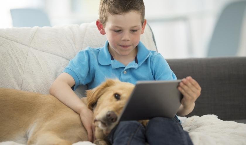 Nog niet naar school... nu nog even vakantie, maar lezen en leren op je tablet kan ook! | Foto: Getty Images.