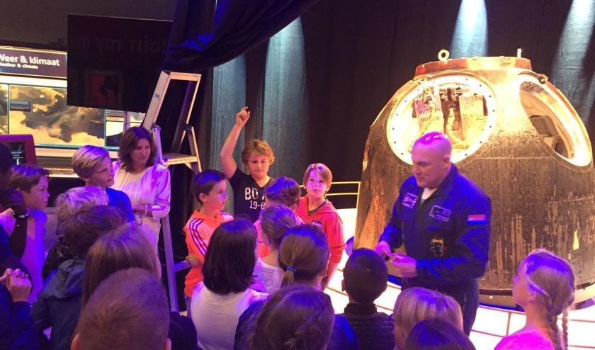 André Kuipers had een gewillig publiek aan de leerlingen van de Witte School. | Foto: PR