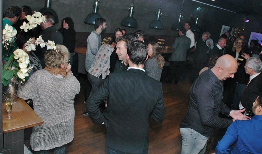 Gezellige drukte tijdens de nieuwjaarsreceptie van Stichting Winkelhof in de feestzaal van SportCity Bowling.