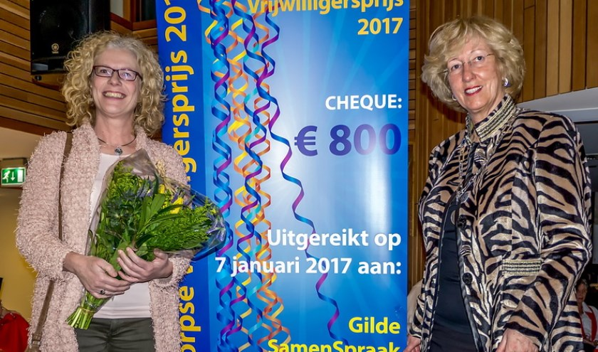 Burgemeester Laila Driessen (rechts) overhandigde de Leiderdorpse vrijwilligersprijs 2017 aan Inge Sasburg van het Gilde Samenspraak Leiden e.o. | Foto: J.P. Kranenburg