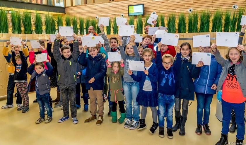 Blijde winnaars van de kerstboomloterij.   Foto: J.P. Kranenburg