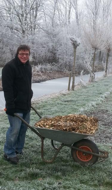 Hoe koud het ook is, het werk om de schooltuinen gebruiksklaar te krijgen gaat gewoon door. | Foto: PR