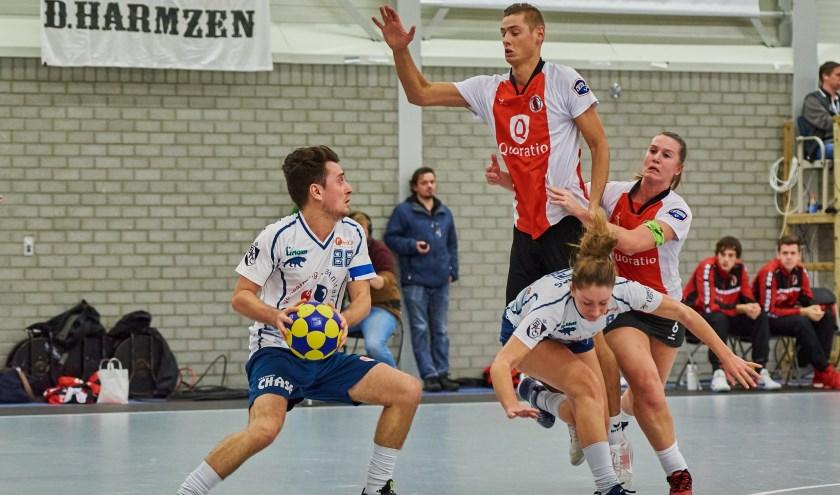 Nick Pikaar in de verdediging tegen Boeckenberg topscoorder Jesse De Bremaeker. | Foto: pr./Rene van Dam