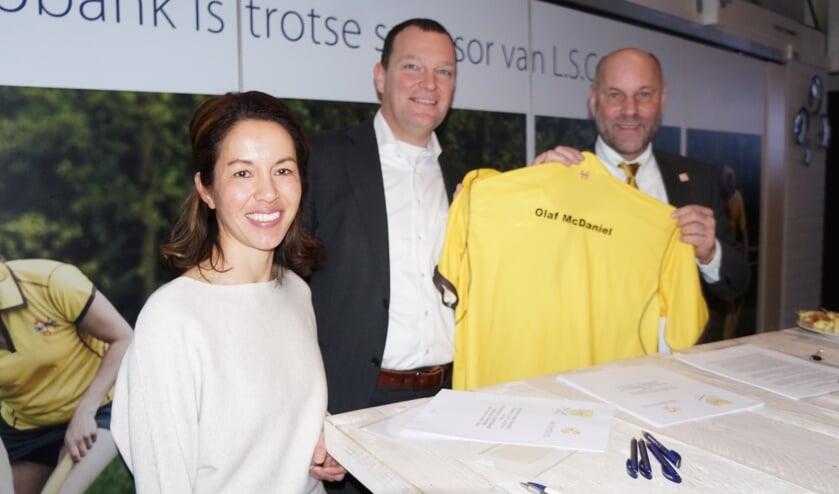 Sportwethouder MacDaniel kreeg een Alectoshirt met zijn naam erop. | Foto: Frans Brocken