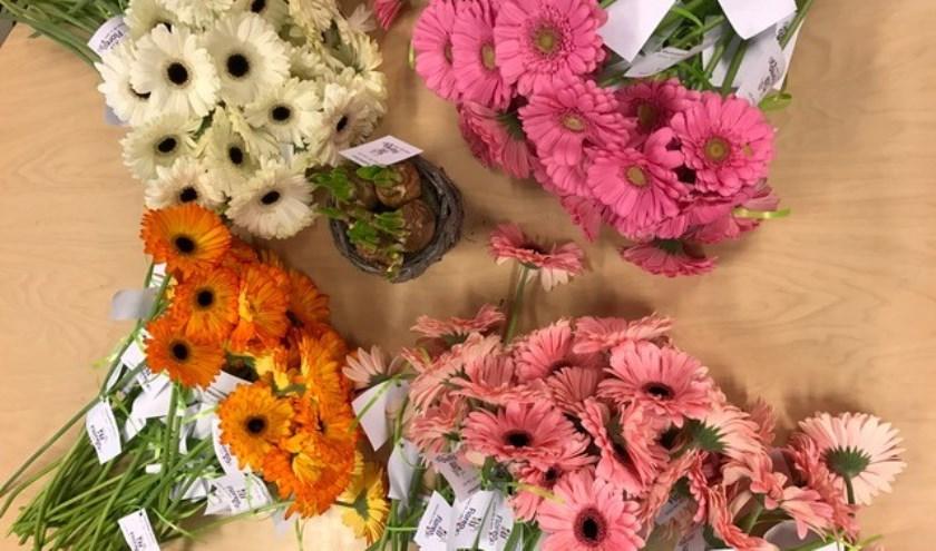 Iedere medewerker van Floreokids kreeg vanochtend een bloem. | Foto: PR