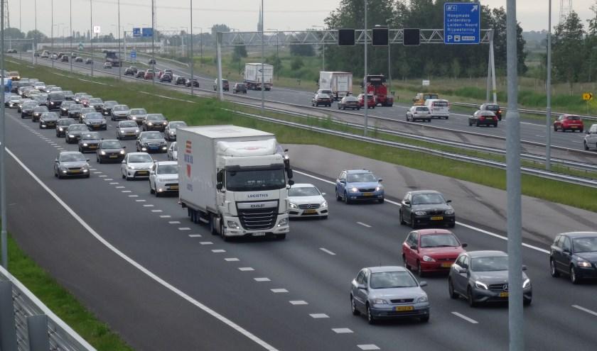 De filedruk op de A4 bij Leiderdorp, Leiden en Zoeterwoude wordt steeds hoger.
