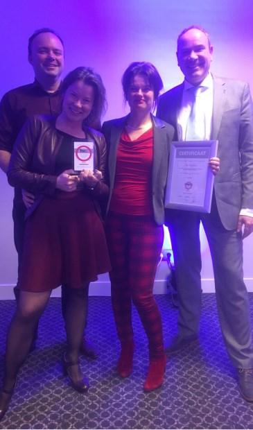 Dolblij met de award. V.l.n.r. Johan Luykx, Silvia Overgaauw, Angela Overgaauw en Fokke Rietkerk. | Foto: PR