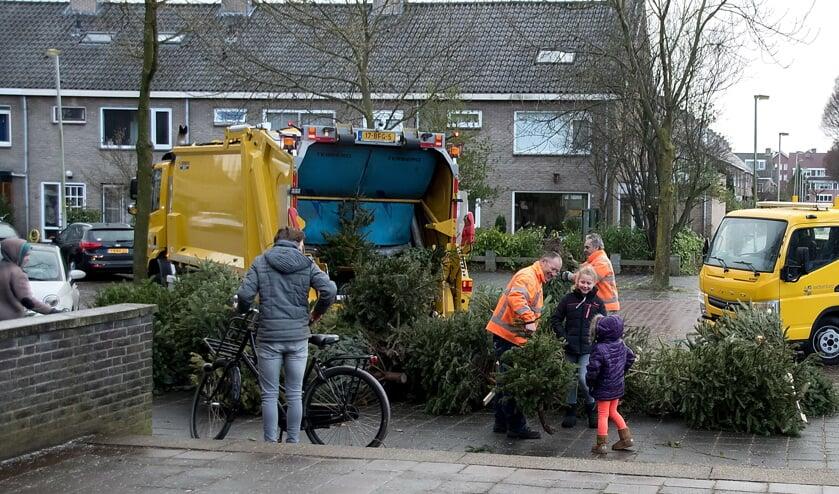 Iedere ingeleverde kerstboom was goed voor een lootje. Op de foto het inzamelpunt bij de Scheppingskerk| Foto: J.P. Kranenburg
