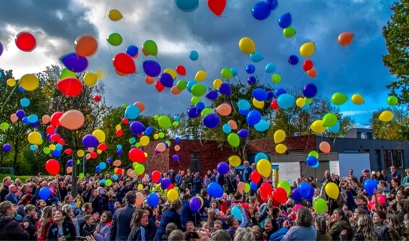 Honderden ballonnen gaan de lucht in.
