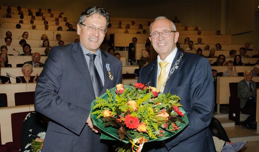 Frans Claas (links) kreeg zijn Koninklijke onderscheiding uit handen van locoburgemeester Kees Wassenaar. | Foto: PR