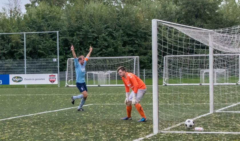 Met wat geluk valt de 1-0... Foto: J.P. Kranenburg