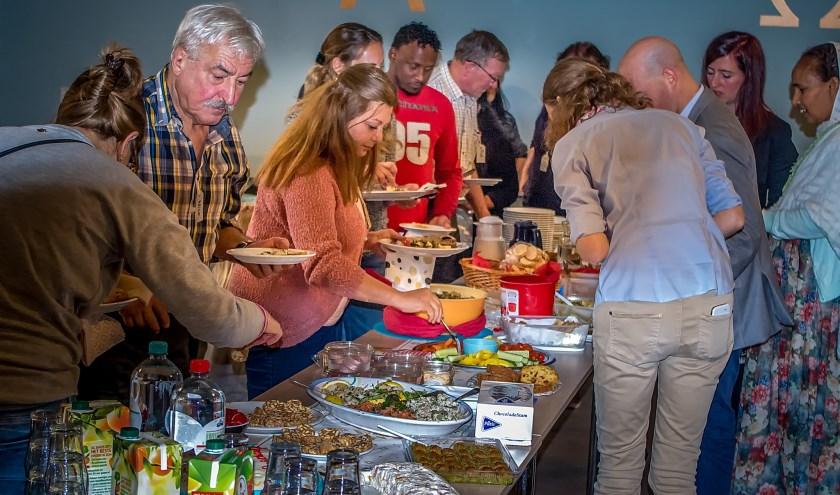 Genieten van smakelijke schotels uit Syrische en andere keukens tijdens de startbijeenkomst van  Kleurrijk Leiderdorp.
