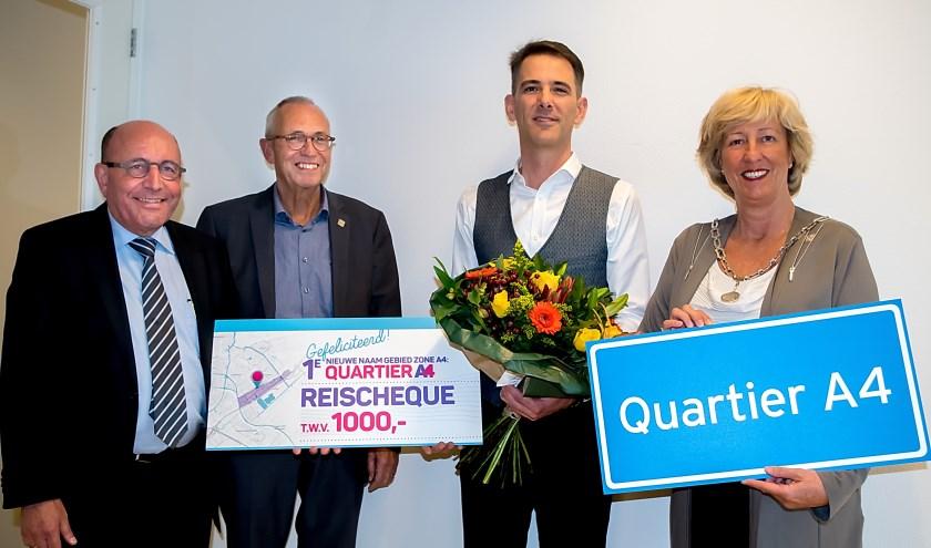 V.l.n.r. retailmanager Bart Keijzer, wethouder Kees Wassenaar, prijswinnaar Rogier van der Laan en burgemeester Laila Driessen.