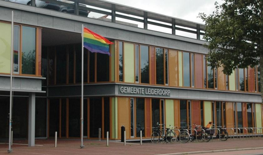 De regenboogvlag bij de entree van het gemeentehuis.