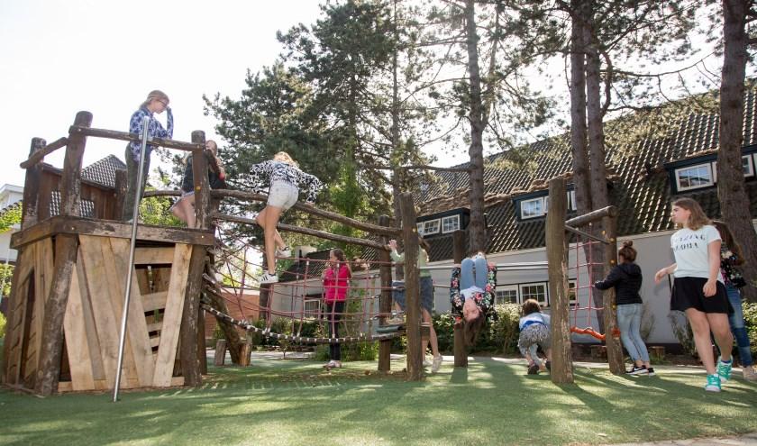Door de bijdrage uit het Rabobank Wensenfonds klimmen en klauteren de kinderen van de Koningin Julianaschool op een nieuw parcours die geplaatst werd op het onlangs gerenoveerde schoolplein.  Archieffoto: PR