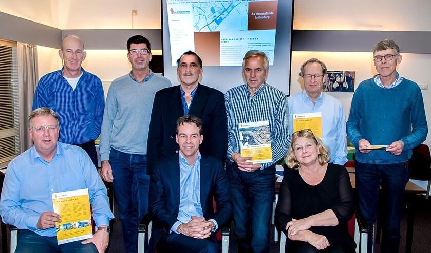 Bestuursleden van de Belangenvereniging A4-HSL - met midden vooraan voorzitter Arno Westerbeek - en leden van de kersverse beoordelingscommissie van het A4 Wensenfonds.