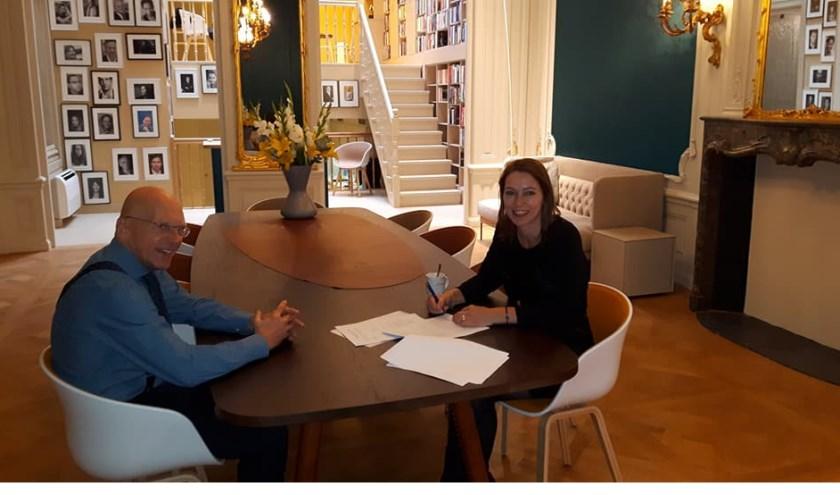 Marlen Beek-Visser tekent haar contract in het fraaie pand van uitgever Promotheus in Amsterdam.