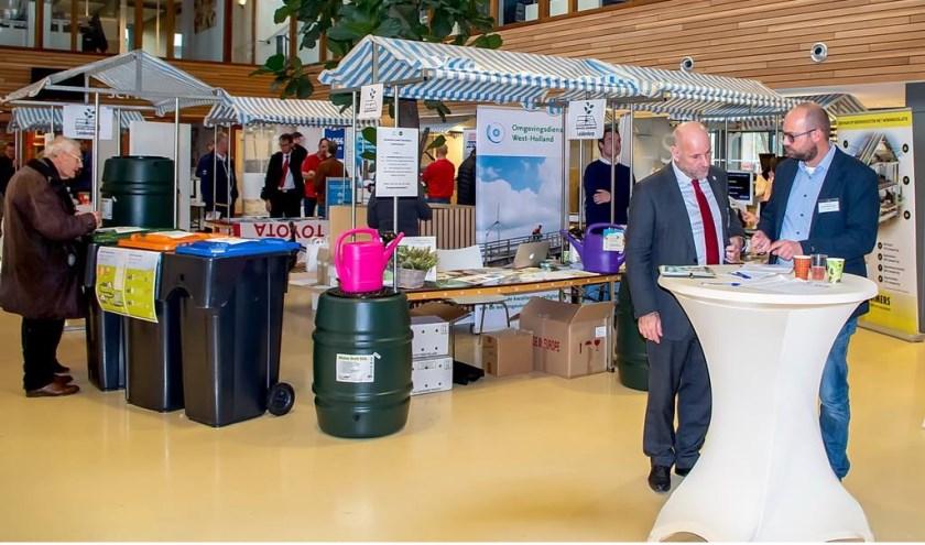 Wethouder Olaf McDaniel (links aan de statafel) was tevreden over de opkomst bij het Duurzaamheidsevent.