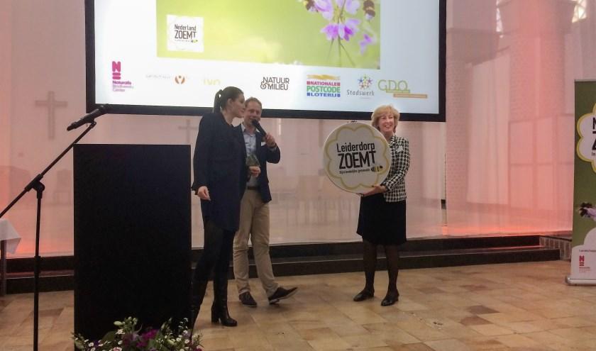 Burgemeester Driessen neemt het titelbord 'Bijvriendelijke gemeente'in ontvangst. | Foto: PR