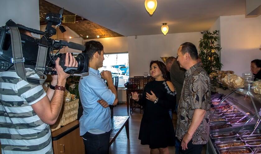 Joe Boona en Henny Sasmita worden geïnterviewd en gefilmd voor het RTL programma Lifestyle Experience.