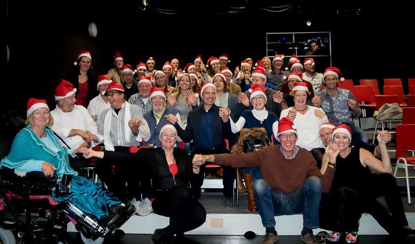 De kerngroep met een groot aantal van de vele vrijwilligers die de Kerstafette 2017 mogelijk maken.    Foto: J.P. Kranenburg