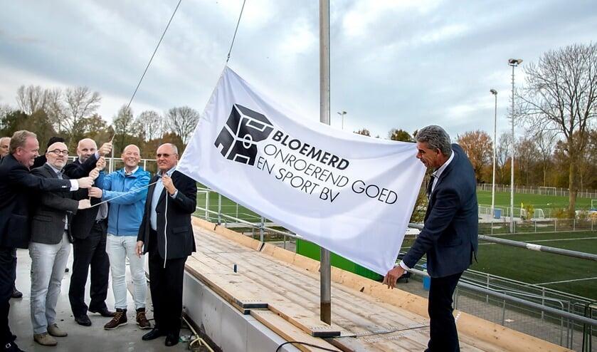 De BOGS-vlag wordt gehesen.