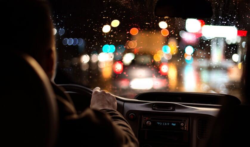 Als het donker is en ook nog eens regent, is het zìcht minder en is de kans op een ongeluk groter.