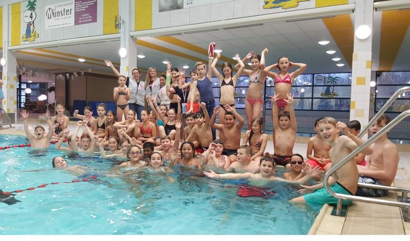 Alle Willem de Zwijgerschool zwemmers bij elkaar.