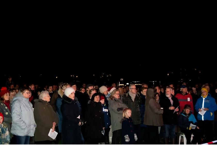 Op het grote veld in de Houtkamp konden de 1400 aanwezigen prima een plekje vinden waar ze de dienst goed konden volgen.