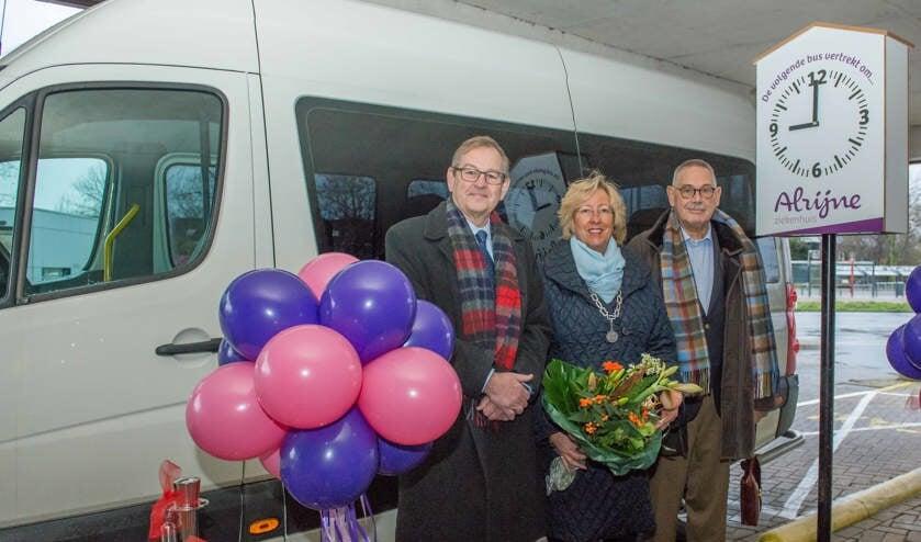 Mark de Jong, burgemeester Laila M. Driessen en Sam Pranger bij de Alrijne Pendelbus. | Foto: PR