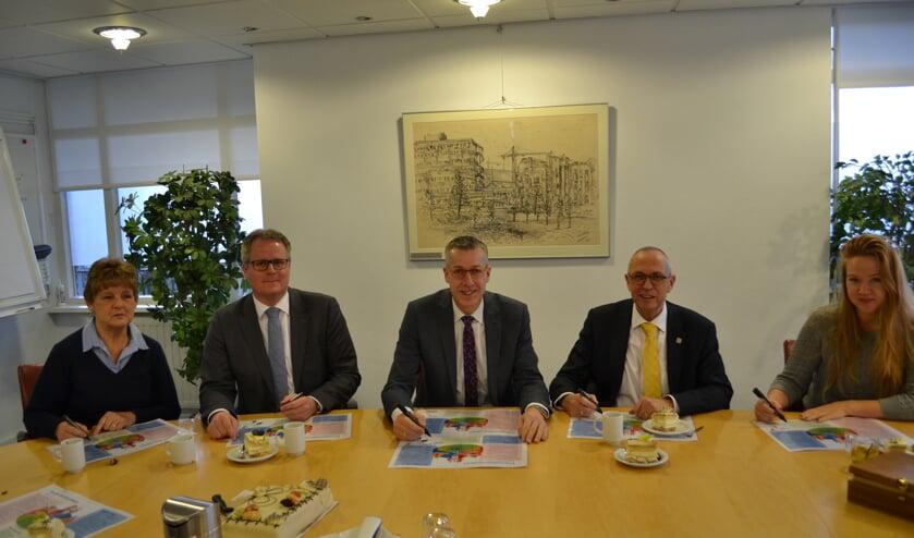 Het ondertekenen van de prestatieafspraken. V.l.n.r. Jacinta Boere (voorzitter de Huurderij), Ton de Gans (wethouder Zoeterwoude), Jan de Vries (directeur-bestuurder Rijnhart Wonen), Kees Wassenaar (wethouder Leiderdorp), Sharon Groenendijk (voorzitter HBOL).