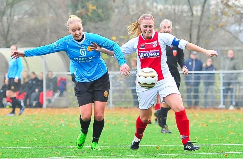 RCL aanvoerster Sabine Verheul wint het duel met Marleen Joore maar haar inzet treft geen doel.