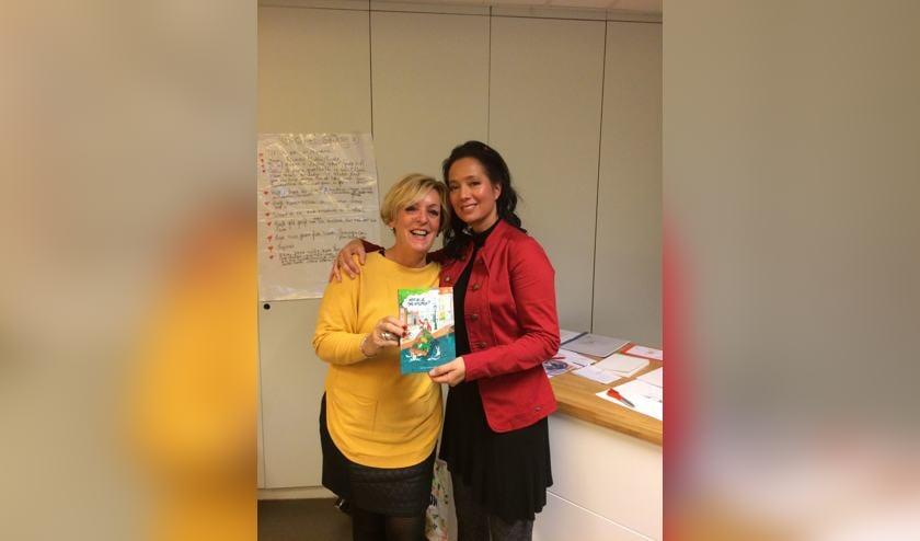 Nathalie (rechts) met Thea Booms, een van de mensen die haar stimuleerden het boek te schrijven. | Foto: PR