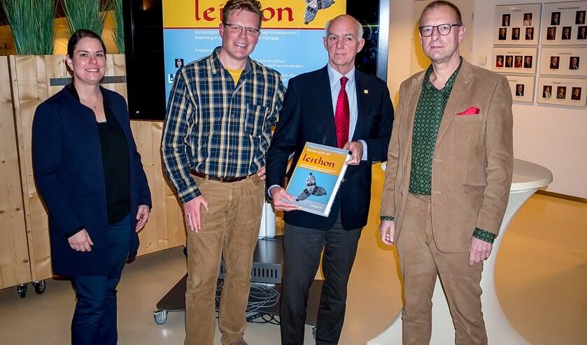 Wethouder Jeff Gardeniers heeft het boek gekregen van schrijvers Kim van Straten, Menno Dijkstra en Arno Verhoeven.