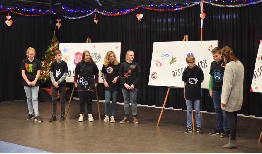 Leerlingen van 2 VWO presenteren hun zelfgemaakte t-shirts. (Foto: Esther Luijk)
