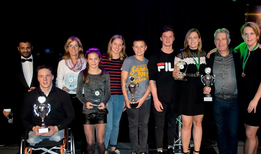 Presentaror Rudo Slappendel met alle winnaars.   Foto: J.P. Kranenburg