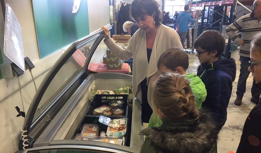 Leerlingen zagen bij de Voedselbank Leiden met eigen ogen dat alle donaties goed terecht komen.