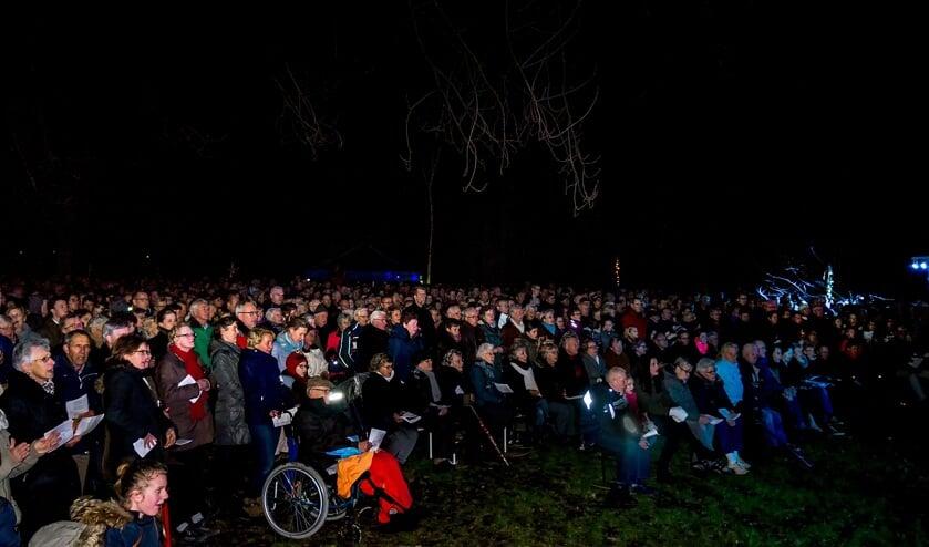 De kerstnachtviering in de Houtkamp in 2015 werd druk bezocht.