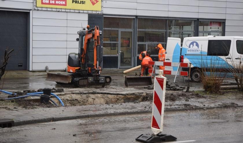 Monteurs van Oasen aan het werk om de beschadigde waterleiding aan de Touwbaan te repareren. | Foto: AS Media