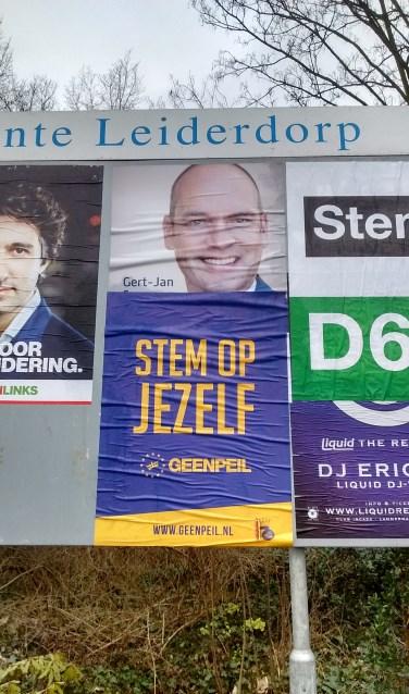 Het aanplakbord aan de Persant Snoepweg met de overgeplakte poster.